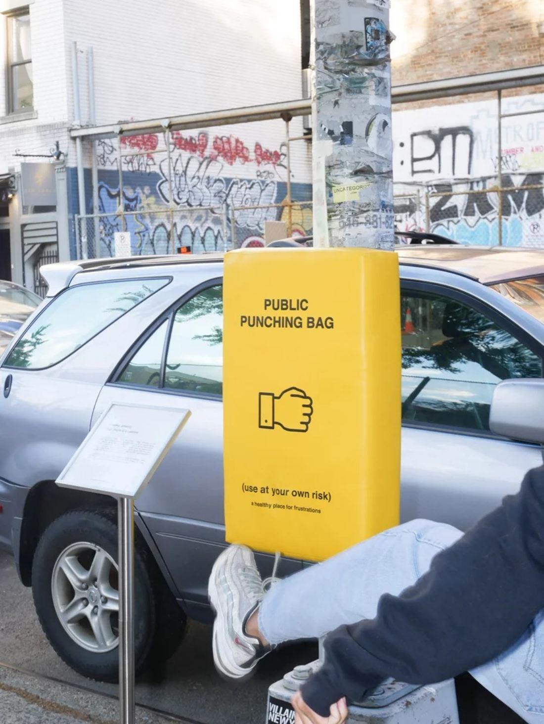 Beg Menumbuk Diletakkan Di Tempat Awam Bagi Melepaskan Tekanan Jiwa